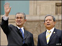 Malaysian Prime Minister Abdullah Ahmad Badawi (l) with Thai Prime Minister Surayud Chulanont, 18 Oct 2006
