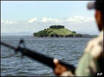 Soldado hondure�o patrullando frente a la isla de Conejo