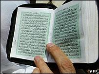 عضو في الاخوان المسلمين يرفع القرآن خلال تظاهرة في سبتمبر/ ايلول الماضي