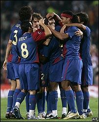 Los jugadores del Barcelona se abrazan tras anotar un gol.