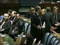 El vicecanciller venezolano Jorge Valero (izq) mira al embajador de EE.UU. en la ONU, John Bolton (der)