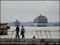 Dos trabajadores en las esclusas del Gatún