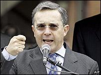 El presidente colombiano, �lvaro Uribe, hablando en la Universidad Militar Nueva Granada