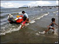 Mujeres lavan la ropa y los ni�os juegan en el lago Nicaragua.