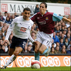 Tottenham Hotspur's Aaron Lennon (left) is chased by West Ham United's Yossi Benayoun