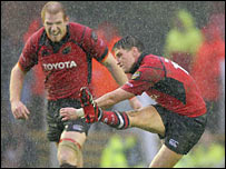Munster captain Paul O'Connell (left) watches Ronan O'Gara kick the winning penalty against Leicester