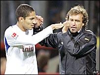 José Paolo Guerrero (izq.) festeja su gol con el técnico del Hamburgo, Thomas Doll.