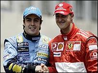 Antes del GP de Brasil Fernando Alonso saluda a Michael Schumacher.
