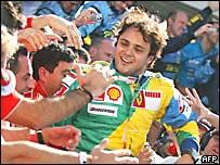 Felipe Massa celebra su primer puesto en el Gran Premio de Brasil.