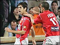 Fred (der.) festeja Juninho, quien acaba de convertir para el Lyon.
