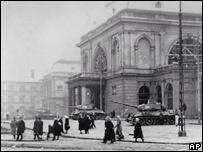 Советские танки у правительственных зданий в Будапеште