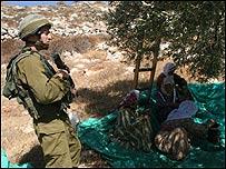 Soldado israelí frente a una mujer palestina (foto: Movimiento para la Solidaridad Internacional)