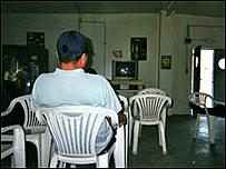 Hombre mirando televisi�n.