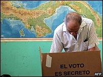 Ciudadano votando en Panamá.
