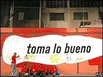 Ex empleados de Coca-Cola protestan frente a un centro de embotellamiento en Caracas
