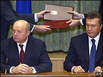 Russian Prime Minister Mikhail Fradkov (left) and Ukrainian counterpart Viktor Yanukovych