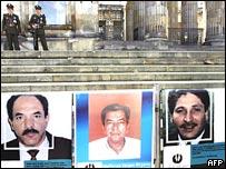Fotos de los secuestrados afuera del capitolio en Colombia.