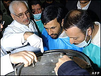 President Ahmadinejad (centre) visits the Natanz nuclear enrichment plant