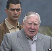 Augusto Pinochet accompanied by a bodyguard in a photo from July 2006