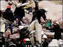 Bomberos en el sitio del atentado a la AMIA en Buenos Aires, 18 de julio de 1994.