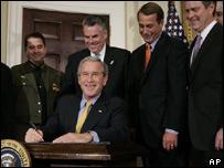 George W. Bush firma la ley que autoriza la construcción del muro.