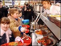 Jamie Oliver in school canteen