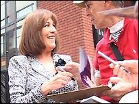 Carmen Maura, actriz española, firmando autógrafos en Londres
