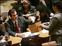 Enviado guatemalteco vota en la ONU.