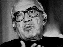 Ghulam Ishaq Khan addresses the media in Islamabad as acting president on August 20, 1988