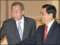 Ban Ki-moon (left) with Chinese President Hu Jintao in Beijing on 27 October 2006