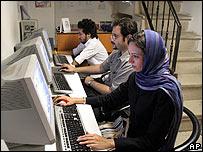 Usuarios de internet en Teherán, en agosto de 2006