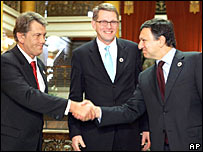 Ukrainian President Viktor Yushchenko shakes hands with EU Commission head Jose Manuel Barroso