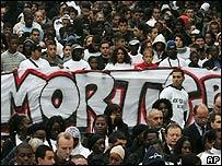 Manifestación silenciosa en Clichy-sous-Bois en París, un año después de los disturbios