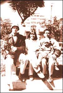 """Diana y Josu� con su hu�sped ingl�s, en esta """"antigua"""" foto tomada en el 2000"""