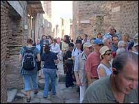 Fila de turistas en Pompeya