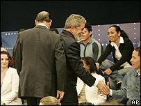 Geraldo Alckmin (izq.) y Luiz In�cio Lula da Silva antes de iniciar el debate