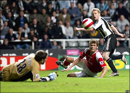 Damien Duff attempts to break the deadlock
