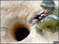 جندي إسرائيلي يتفقد نفقا على الحدود المصرية مع غزة