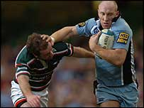 Tom Shanklin hands off Geordan Murphy before Chris Czekaj's try