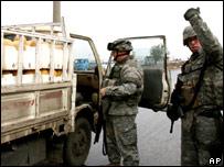 US soldiers check a bread delivery van (26 october 2006)