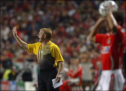 Gordon Strachan shouts at his team
