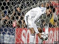 Ruud van Nistelrooy recoge el balón del fondo de la red.