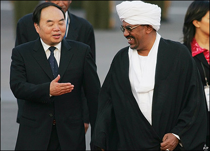 Sudanese President Omar al-Bashir (R) chats with Chinese Education Minister Zhou Ji (L) during a welcome ceremony at Beijing airport