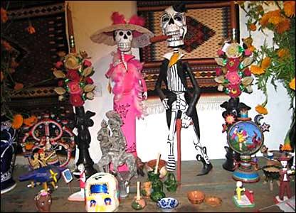 En cada comercio y negocio que permanec�an abiertas en el centro hist�rico, no faltaron los altares de los muertos. Fotos de Mariusa Reyes, enviada especial.
