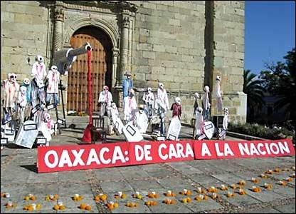 Homenaje a los ca�dos del movimiento de la APPO, en la Plaza Santo Domingo. Fotos de Mariusa Reyes, enviada especial.