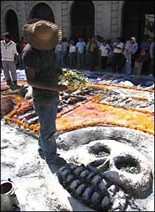 En la complicada elaboración  de un altar por el Día de los Muertos cerca del Zócalo de Oaxaca.