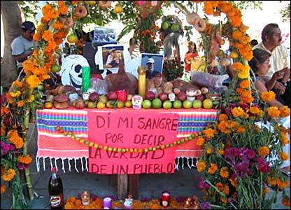 Un altar para recordar a Brad Will, el periodista estadounidense que muri� producto de un balazo mientras cubr�a una de las manifestaciones de la APPO. Fotos de Mariusa Reyes, enviada especial.
