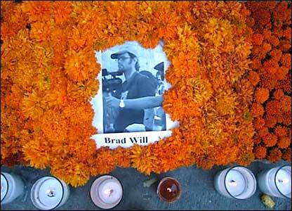 Un primer plano del altar dedicado al periodista estadounidense Brad Will. Fotos de Mariusa Reyes, enviada especial.
