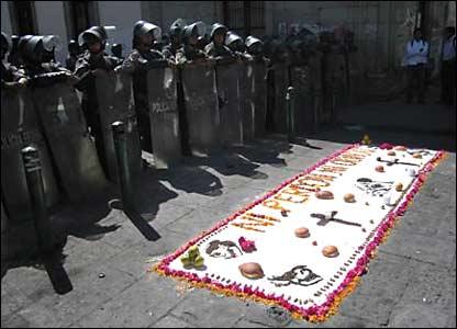 """Este tapete justo frente a un grupo de agentes federales dice """"Ni perd�n, ni olvido"""".  Fotos de Mariusa Reyes, enviada especial."""