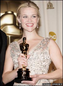 Reese Witherspoon holds her Oscar